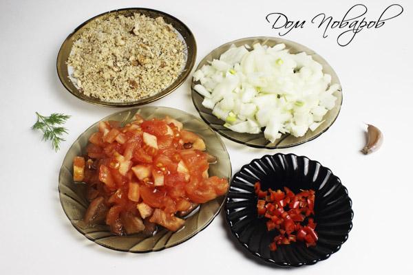 луковица, очищенные томаты, острый перец и грецкие орехи