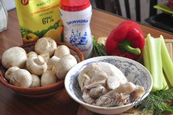 Отварная грудка,грибы, сельдерей, перец, майонез и специи