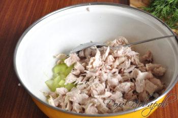 Сельдерей и курица в салатнике