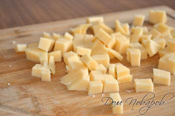 Твердый сыр кубиками