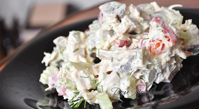 Салат с куриной грудкой, сельдереем и грибами