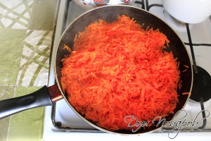 Обжарьте морковь до мягкого состояния