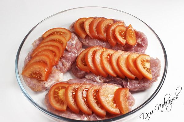 Нарежьте помидоры полудолькам