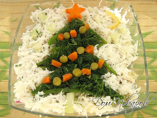 В салатник положите часть салата, заправьте майонезом, украсьте