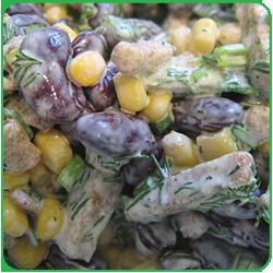 Cалат из кукурузы, фасоли и сухариков