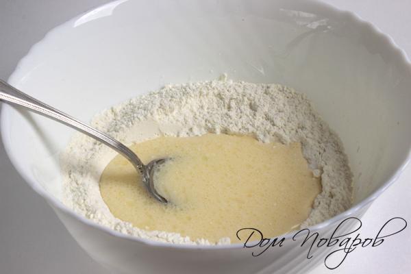 вылейте туда яично-молочную смес