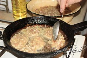Выложить на горячую сковородку мясную массу ложкой