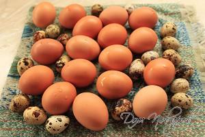 Промойте яйца в теплой воде