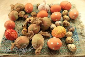При желании нанесите на яйца листочки, кружочки, воск