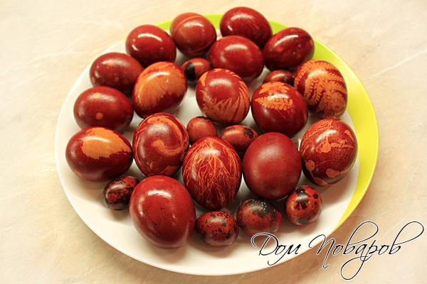 Крашенные яйца в луковой шелухе готовы