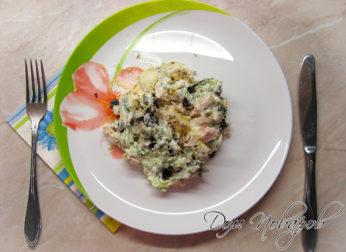 Салат «Пикантный» с черносливом и курицей