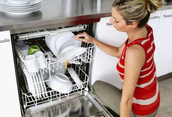 девушка у посудомойки