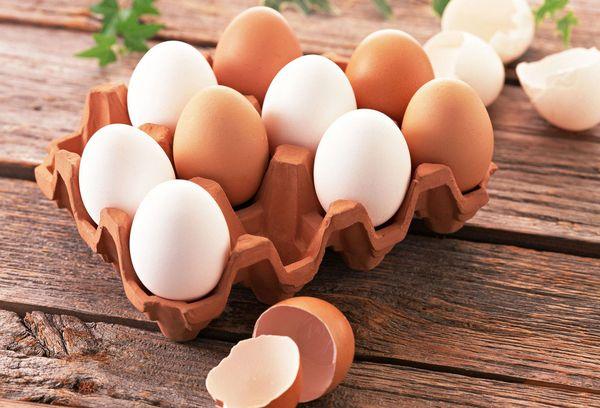 свежие яйца в лотке
