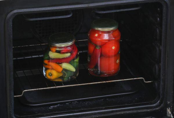 банки с заготовками в духовке