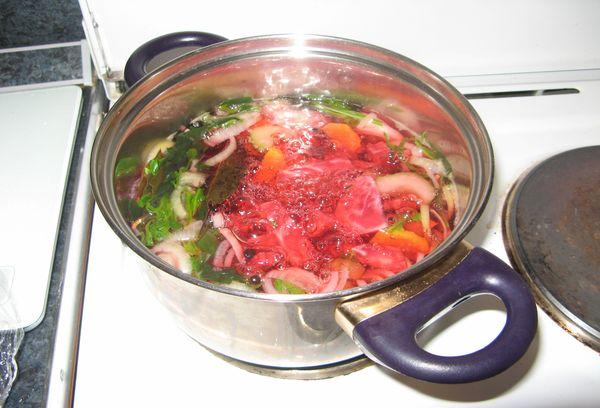 овощи для бульона в кастрюле