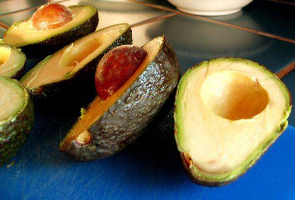 Разрезанное пополам авокадо