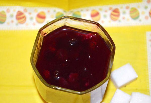 стакан с напитком из ягод
