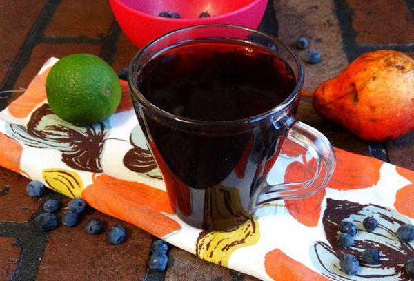 черничный компот в стакане