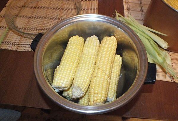 очищенная кукуруза в кастрюле