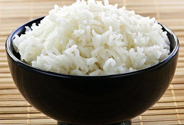 вареный рис в черной миске