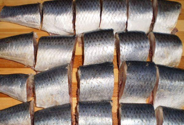 нарезанная рыба на куски