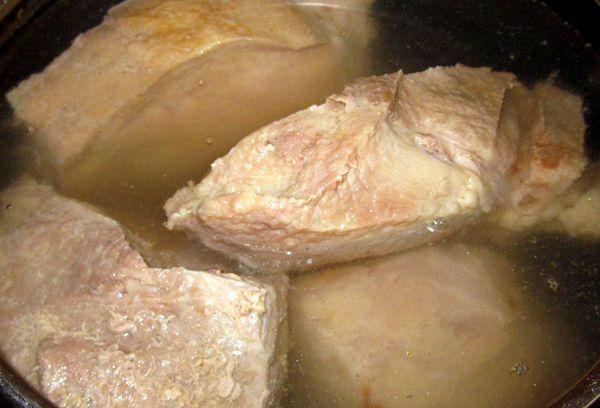 Вымя говяжье в кастрюле