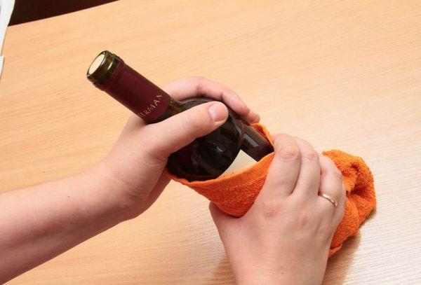 открыть бутылку постукиванием