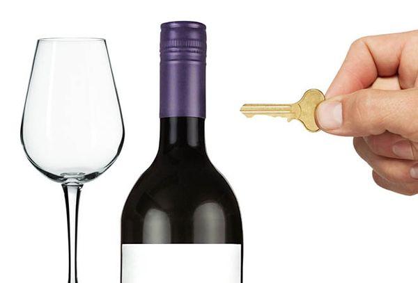 бутылка вина и стакан