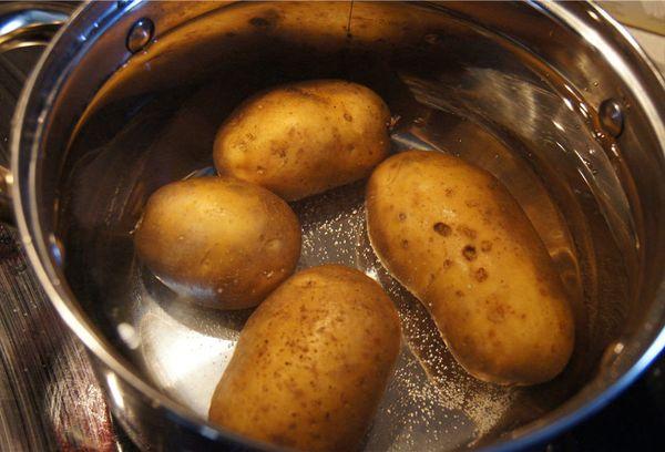 картофель в кастрюле с водой