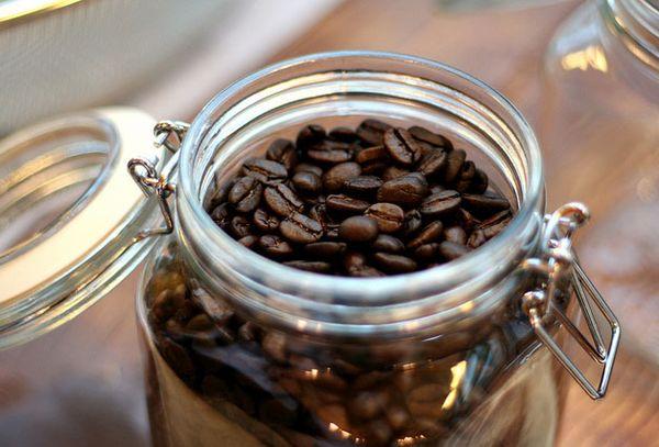 кофейные зерна в банке