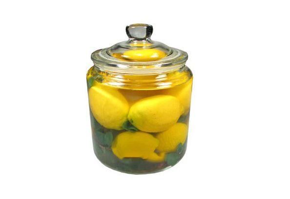 лимоны в банке с водой