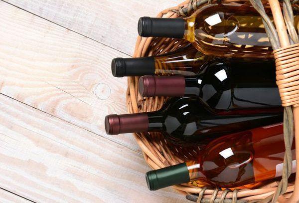бутылки с вином с корзине