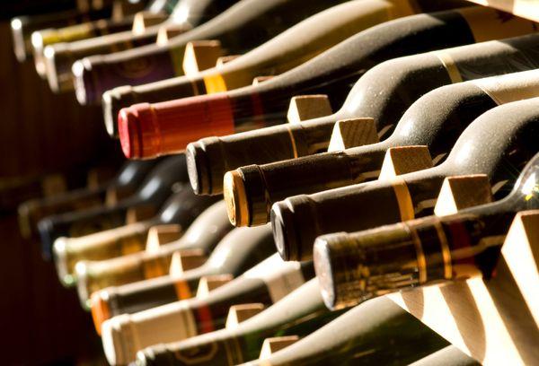 бутылки вина в погребе