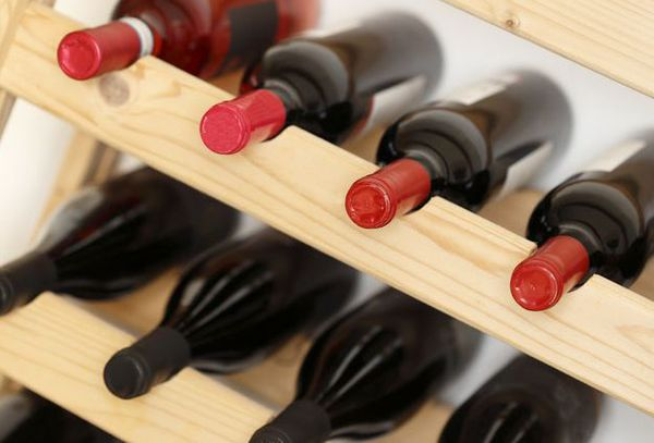 бутылки с вином в горизонтальном положении