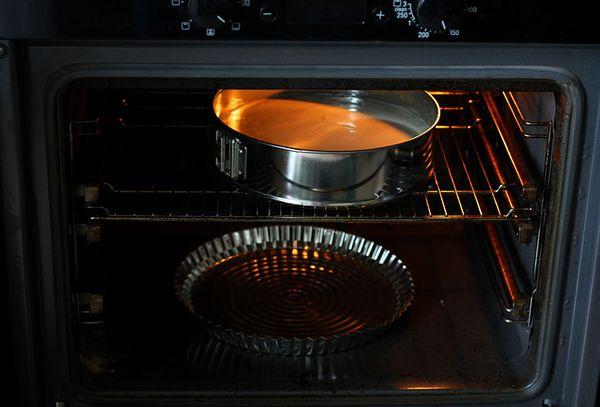 пирог и емкость с водой в духовке