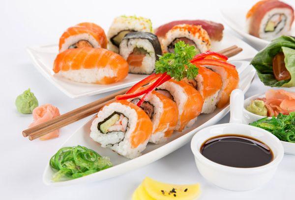 суши и роллы на тарелке