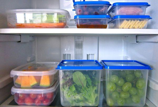 блюда в контейнерах в холодильнике
