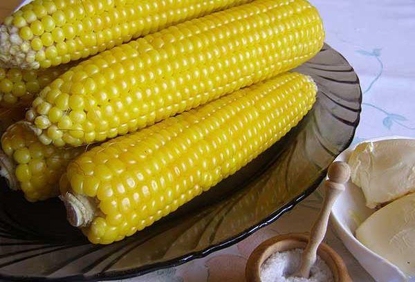 вареная кукуруза на тарелке