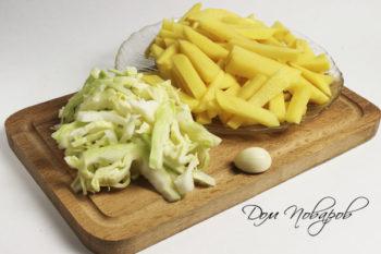 Нарежьте очищенный картофель небольшими брусками и капусту