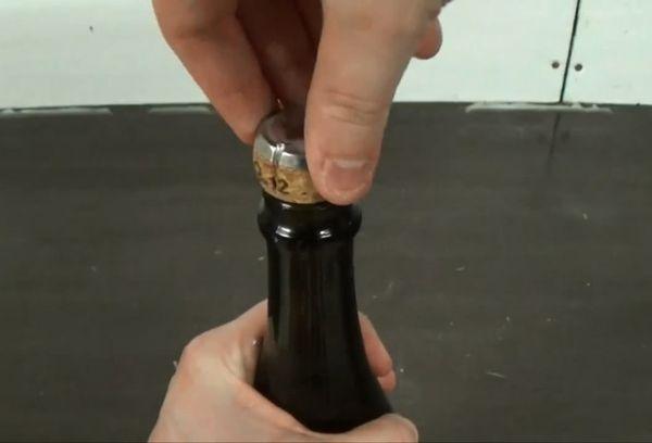 извлечение пробки из бутылки