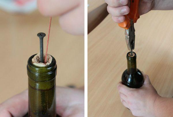 извлечение пробки из бутылки с помощью гвоздя