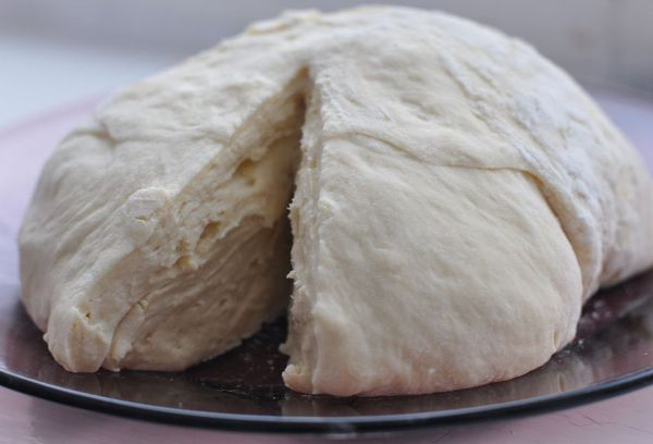 тесто дрожжевое на тарелке