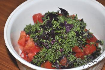 Зелень и помидоры в чашке