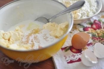 Сахар, масло, разрыхлитель и яйца