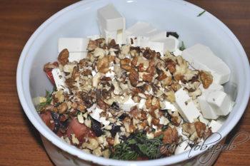 Томаты,зелень, сыр и ядра орехов
