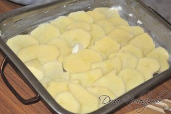 Слой картофеля в глубоком противне