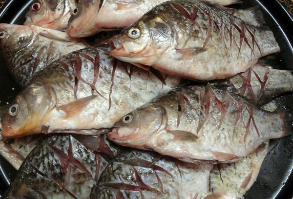 очищенная рыба готовая к жарке