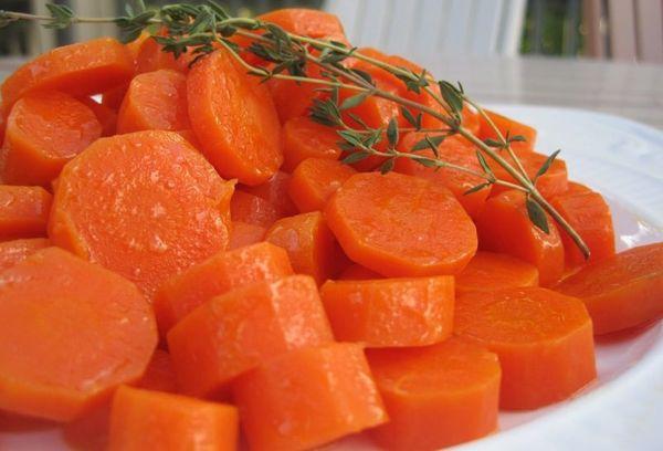 вареная морковь на тарелке