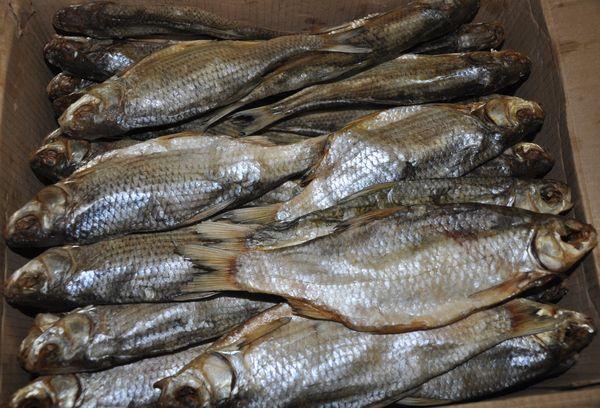 вяленая рыба в ящике из картона