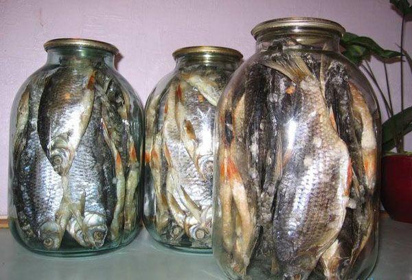 сушеная рыба в стеклянных банках